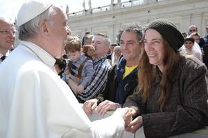"""También la cantante y poeta estadounidense Patti Smith  asistió a la audiencia pública del papa Francisco y dijo sentirse """"muy feliz"""" de poder saludar al pontífice, que eligió como nombre el del santo de Asís, como ella """"tanto deseaba""""."""