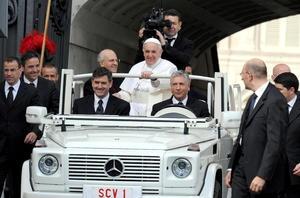 Hoy el papa Bergoglio saludó en italiano a los fieles presentes de lengua portuguesa, francesa, inglesa, alemana, polaca, árabe e italiana, menos cuando saludó a los latinoamericanos, que lo hizo en español, levantado los aplausos de los fieles.