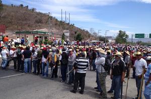 Uno de los maestros declaró que continuarían su marcha en forma pacífica y que ya no se iban a detener. (Notimex)