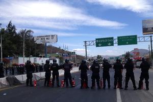 Elementos de la Policía Federal dialogaron con los maestros para que retirarán el bloqueo, lo que ocurrió cuando los manifestantes decidieron reiniciar la marcha. (Notimex)