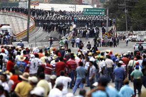 Elementos de la Secretaria de Seguridad Federal arriban a la Autopista del Sol, para iniciar el desalojo de los integrantes de la Coordinadora Estatal de Trabajadores de la Educación de Guerrero, quienes bloquean el acceso.  (EL UNIVERSAL)