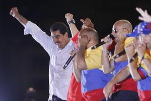 Maduro, de 50 años, conductor y que escaló hasta ser canciller, vicepresidente y ahora presidente encargado, convirtió el cierre de la campaña en un multitudinario homenaje a Chávez, destacando su legado y prometiendo la continuidad de su proyecto político.