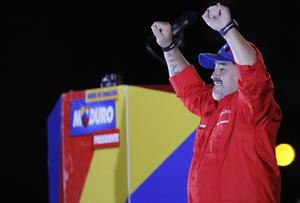 La estrella del futbol, Diego Armando Maradona, participó también en el cierre de campaña de Maduro,quien ante la euforia de la gente firmó algunos balones y los pateó hacia la multitud.