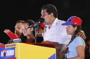 Posteriormente, en Caracas, miles de chavistas se congregaron para apoyar a Maduro, quien se hizo acompañar de las hijas del fallecido Hugo Chávez.