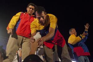 """Ante decenas de miles de seguidores congregados a lo largo de varias calles de la ciudad occidental de Barquisimeto, el aspirante de la Mesa de Unidad Democrática buscó tender puentes con el electorado chavista, al decir que fortalecerá aquello que el fallecido presidente Hugo Chávez """"hizo bien""""."""