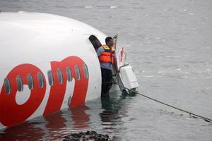El jefe de Policía de Bali, Arif Wahyunadi, dijo al canal local de televisión One TV, que todos los pasajeros y miembros de la tripulación fueron rescatados y transportados a la terminal del aeropuerto para ser examinados.