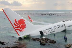Las imágenes del accidente mostraron una fractura en el fuselaje a la altura de las alas del avión, que quedó flotando sobre el mar y a unos 200 metros del final de la pista de aterrizaje, así como a varios pasajeros en el agua con los chalecos salvavidas puestos.