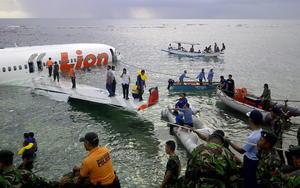 Todos los pasajeros y la tripulación sobrevivieron al accidente del avión, aunque una decena de viajeros fueron atendidos en el hospital general de Bali por heridas leves causadas por golpes o cortes.