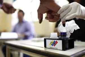 Las mesas electorales de los comicios presidenciales venezolanos quedaron instaladas al 100 por ciento a las 10:00 horas locales (14:30 GMT), informó la rectora del Consejo Nacional Electoral (CNE), Sandra Oblitas.