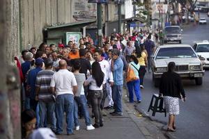Medios de prensa informaron que la concurrencia a los colegios electorales durante las primeras horas ha sido inferior a la de los comicios del 7 de octubre, cuando Chávez derrotó al líder opositor, Henrique Capriles.