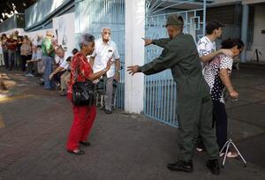 En las primeras horas, las segundas elecciones presidenciales en seis meses no registraban las largas filas vistas en los pasados comicios de octubre, donde Hugo Chávez obtuvo su tercera reelección consecutiva.