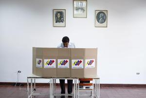 """El presidente encargado de Venezuela y candidato presidencial chavista, Nicolás Maduro, anunció al emitir su voto que """"se están rompiendo récords de participación"""" y ya han votado más de 11.5 de los 18.9 millones de personas convocadas."""