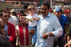 """Maduro, vestido con camisa azul y camiseta roja y acompañado por la familia del fallecido presidente Hugo Chávez, aseguró a las 14:30 horas (19:00 GMT) que la participación está """"muy por encima de los niveles históricos"""" y reiteró su llamado a votar """"para fortalecer la democracia venezolana""""."""