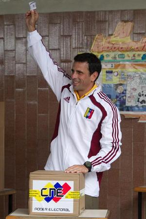 """El candidato presidencial opositor Henrique Capriles votó en un colegio del estado Miranda y llamó, en particular a los jóvenes, a generar una """"avalancha"""" de sufragios en las horas que restan de los comicios venezolanos."""