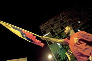 Simpatizantes de Maduro salieron a las calles con banderas de Venezuela a celebrar su triunfo.