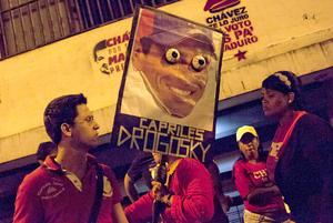 Simpatizantes de Maduro portaron pancartas en contra de Capriles.