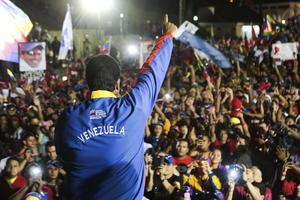 """El anuncio del triunfo de Maduro, autoproclamado como """"hijo"""" y """"heredero"""" del legado de Chávez, se dio después que el candidato opositor advirtiera que había intentos de que querer """"cambiar"""" los resultados de los comicios. Maduro, de 50 años, fue electo para los próximos seis años."""