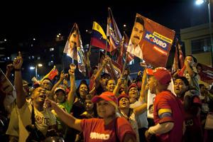 """Maduro dijo: """"Tuvimos un triunfo Nacional y Popular. El comandante Chávez sigue invicto, sigue ganando batallas... Ya lo dije, si pierdo por un voto, lo aceptaré; si gano por un voto pido que lo acepten""""."""