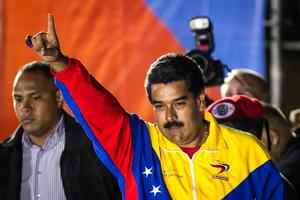 El candidato presidencial oficialista Nicolás Maduro ganó anoche al opositor Henrique Capriles en las elecciones venezolanas, con 50.66 por ciento de los votos, en el primer reporte oficial del Consejo Nacional Electoral (CNE).
