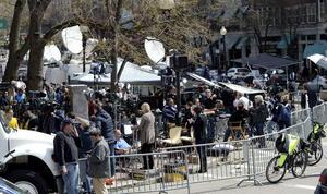 Periodistas de todo el mundo esperan cerca de la línea de meta de la maratón de Boston, Massachusetts.