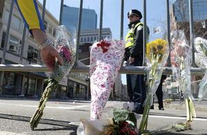 Ciudadanos han colocado flores en la avenida en la que ocurrió el atentado en memoria a las víctimas.
