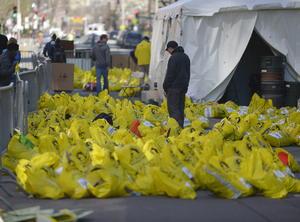 Pertenencias de la gente presente en el Maratón fueron colocadas en bolsas en el lugar del atentado.