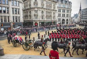 Los funerales de Thatcher se distinguieron por la precisión militar en el horario, la tradición militar y religiosa, los coloridos trajes y sombreros castrenses, la música británica, y el orden público.