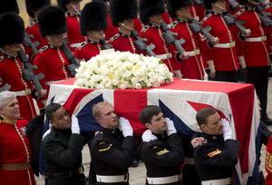 El ataúd de la Baronesa Thatcher arribó a la catedral de San Pablo en punto de las 11:00 hora local (10:00 GMT) cubierto con la bandera británica y una sencilla corona de flores blancas.
