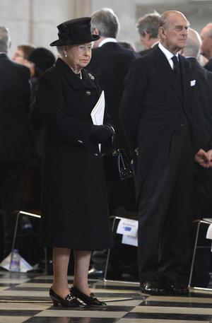 La reina Isabel II y su esposo, el príncipe Felipe, ataviados de negro como dicta la convención social, estuvieron presentes en la ceremonia.