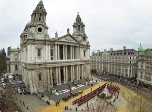 La ex primera ministra británica, Margaret Thatcher, fue despedida con un emotivo adiós por miles de personas que llegaron desde temprana hora para ver el paso del cortejo fúnebre del Palacio de Westminster a la catedral de San Pablo.