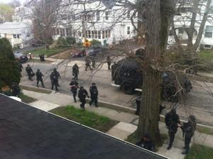 La policía durante la búsqueda en Watertown. (Twitter)