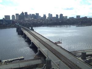 Vista desde Cambridge que muestra el puente sin tráfico. (Twitter)