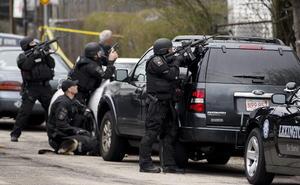 Tsarnaev, estudiante de la Universidad de Massachussets, era buscado desde la noche anterior, cuando él y su hermano Tamerlan mataron a un policía que intentó detenerlos en la calle por su parecido con los jóvenes que aparecen en una imagen divulgada antier de los sospechosos del ataque al maratón.