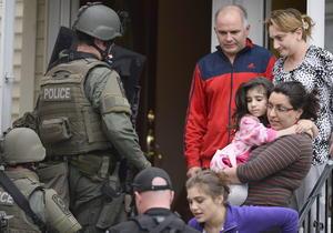 La búsqueda se centró en el suburbio de Watertown, donde la policía impuso toque de queda para evitar gente en la calle mientras revisaban casa por casa.
