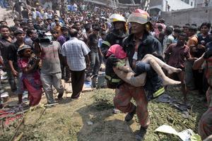 Bomberos, han rescatado a unas 150 personas de entre los escombros.