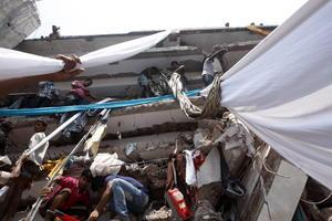 Según los medios locales, hasta 2,000 personas se encontraban en el edificio, que también acogía un mercado y tiendas de electrónica, en el momento en el que se derrumbó.