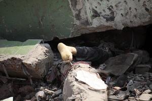 Los bomberos, la policía y personal militar han rescatado a unas 150 personas de entre los escombros, según la fuente, mientras continúan las labores de auxilio en busca de supervivientes.