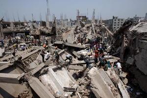 El edificio Rana Plaza, de ocho plantas y que acogía cuatro talleres textiles, se vino abajo a primera hora de la mañana en la población de Savar, 24 kilómetros al noroeste de la capital, dijo el director adjunto del Cuerpo de Bomberos de Dacca, Salim Newaj.