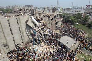 Una nueva tragedia golpeó a la industria textil de Bangladesh con la muerte de 110 personas, la mayoría obreros, al derrumbarse un edificio que albergaba varias fábricas de tejidos en las afueras de Dacca.