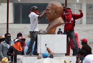 """El PAN y el PRD calificaron de """"vandalismo"""" los ataques a las sedes partidistas y exigieron la acción de la fuerza pública."""