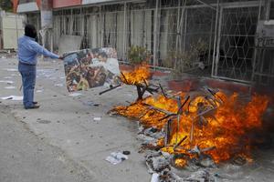 Maestros disidentes de Guerrero desataron protestas violentas en Chilpancingo contra la reforma educativa y causaron destrozos en oficinas del Gobierno estatal y las sedes de cuatro partidos políticos.