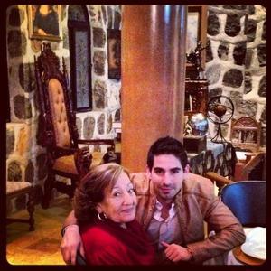 Francisco Mata junto a su mamá