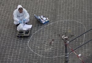 La policía científica ha encontrado siete casquillos de bala en la plaza Colonna, donde tuvieron lugar los hechos, de los cuales cinco pertenecen a un arma de pequeño calibre.