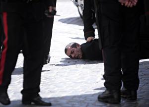 Fuentes indicaron que los disparos fueron realizados por un hombre italiano de unos cuarenta años, originario de la región sureña de Reggio Calabria, sin antecedentes penales, que recientemente habría sufrido problemas personales con la separación de su mujer y la pérdida de su trabajo.