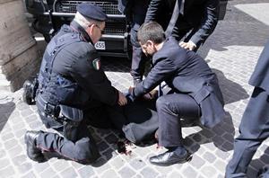 El atacante intentó huir, aunque fue interceptado por las fuerzas del orden, que lograron detenerle.