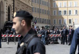 Según la primera reconstrucción de los hechos, el autor de los disparos se situó delante de la sede del Gobierno, que está en una zona céntrica de Roma muy concurrida.