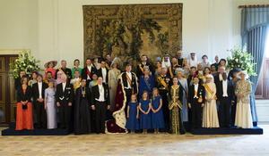El rey Guillermo Alejandro, la reina Máxima y sus tres hijas Catharina-Amalia, Alexia y Ariane, posaron con los miembros reales y jefes de estado invitados a la investidura.