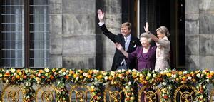 """Beatriz pareció al borde de las lágrimas cuando se asomó a un balcón, decorado con tulipanes, rosas y naranjas, frente a unos 25.000 súbditos. """"Estoy feliz y agradecida de presentarles a su nuevo rey, Guillermo Alejandro"""", dijo a la entusiasta multitud, que le cantó """"Bea Bedankt"""" (""""Gracias Bea"""")."""