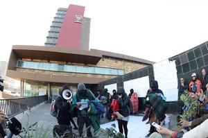 A 12 días de la protesta, los inconformes, confirmaron que establecerán el diálogo propuesto por las autoridades de la máxima casa de estudios, donde el tema central será la reforma al plan de estudios del Colegio de Ciencias y Humanidades (CCH).