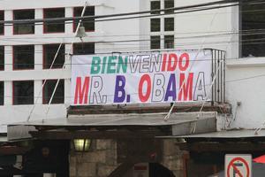 En las inmediaciones del hotel, donde se montó un fuerte dispositivo de seguridad, había mensajes de bienvenida para el presidente norteamericano.